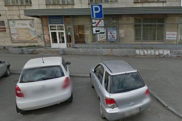 Парковка в этом месте улицы Коммуны разрешена, но параллельно краю проезжей части