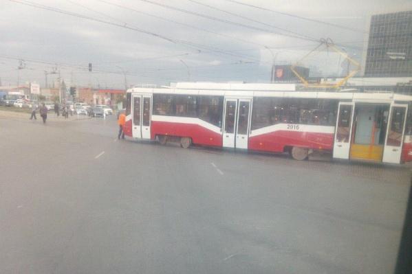 Трамвай сошёл с рельсов напротив здания МФЦ