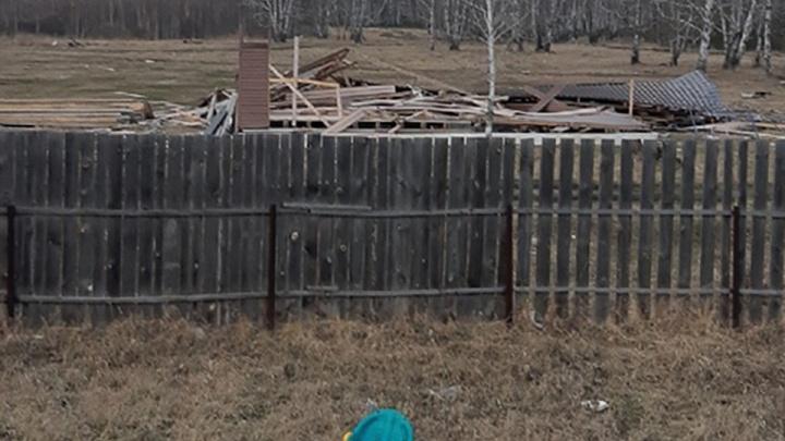 В пригороде Кургана порывами ветра снесло дом