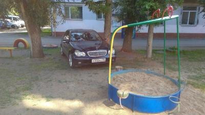 «Я паркуюсь как...»:Mercedes-Benz в песочнице и пикап для инвалида от Dodge