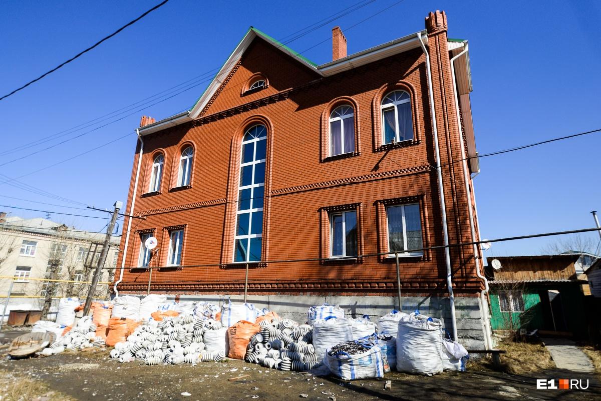 Этот дом построил русский мужчина, у которого шестеро детей
