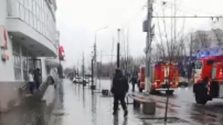 «Банк горел, кредит гасился»: в центре Волгограда при пожаре эвакуировали отделение банка