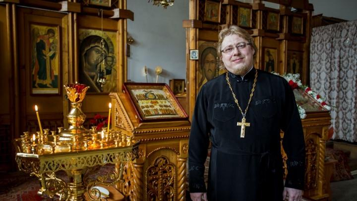 Проповедник с гитарой: история единственного в городе священника, поющего романсы