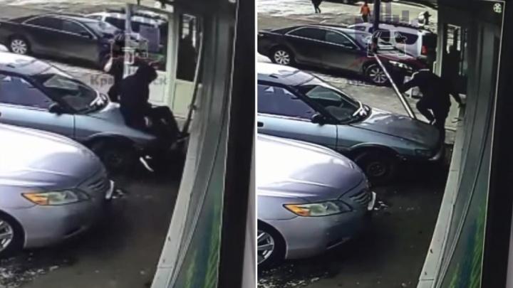 Красноярец прошелся по капоту припаркованного авто, вместо того, чтобы обойти. Он упал, но не сдался