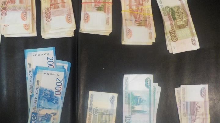 В Кольцово поймали китайца, который пытался тайно завезти в Екатеринбург 2 миллиона рублей