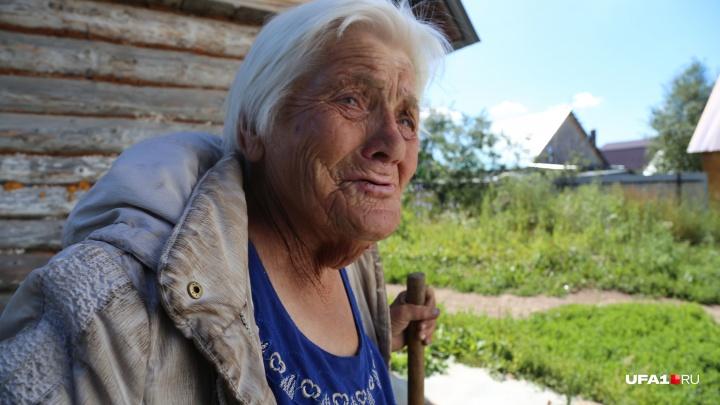 «Взяли семью на контроль»: к бабуле, которая ест одуванчики, отправили соцработника