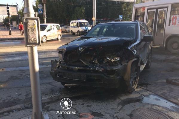 BMW X5 врезался вToyota Corolla и отлетел к тротуару