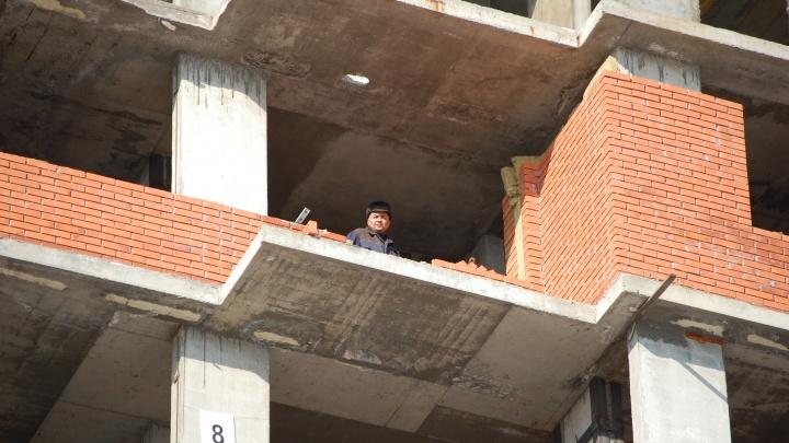 Рабочий сорвался со стройки на улице Декабристов