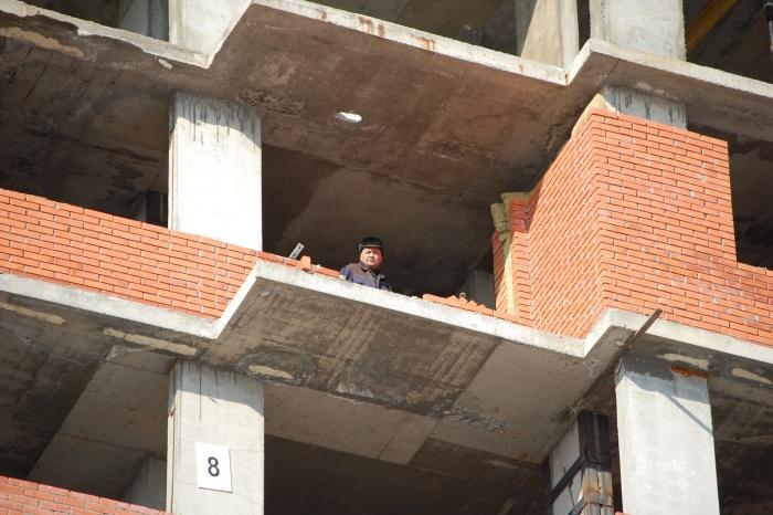 Мужчина упал с высоты одного этажа