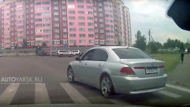 Нарушителя на BMW засняли при выбросе мусора на дорогу по Молокова