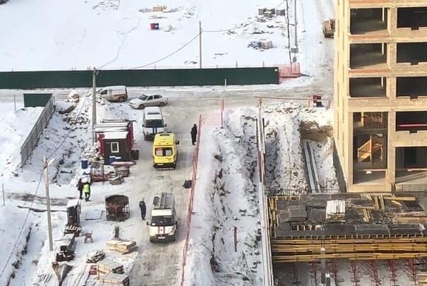 На строительной площадке в Тюмени скончался крановщик