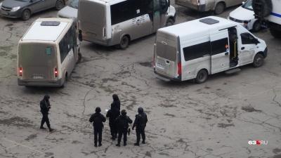 «Стоят в масках и с оружием»: силовики устроили спецоперацию напротив Центрального автовокзала