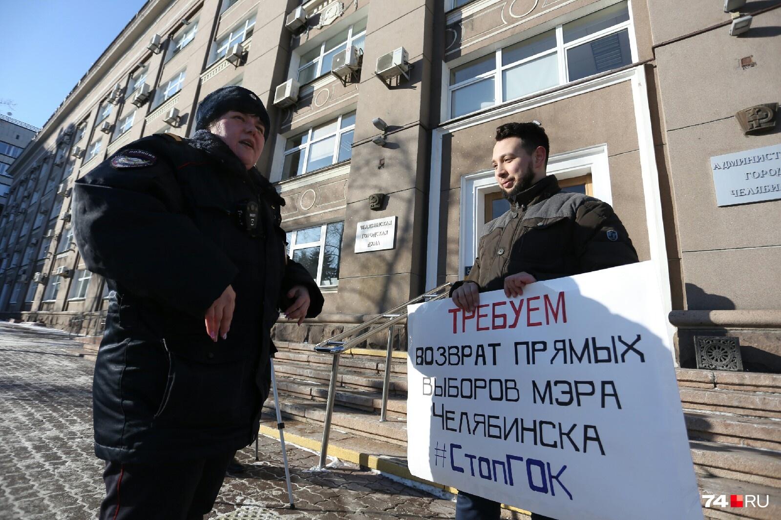 Возле Бориса Золотаревского дежурят двое полицейских, хотя одиночный пикет разрешён законом