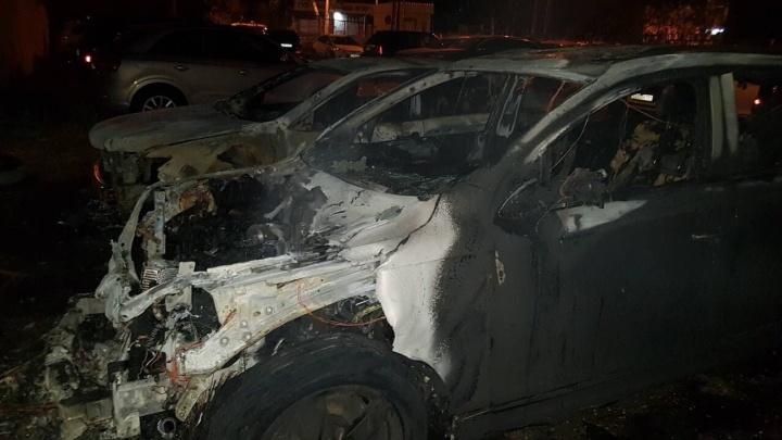 Это был поджог: на стоянке в Волгограде до основания выгорели две дорогие иномарки