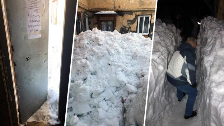 Ни зайти, ни выйти: в Управленческом вход в подъезд дома завалили снегом