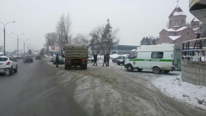 Засада на дороге: ГИБДД и приставы с секретным прибором устроили рейд на Мочищенском шоссе