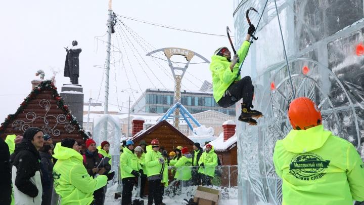На 12-метровый столб — за 10 секунд: на площади 1905 года горожане поучаствовали в «Ледовом штурме»