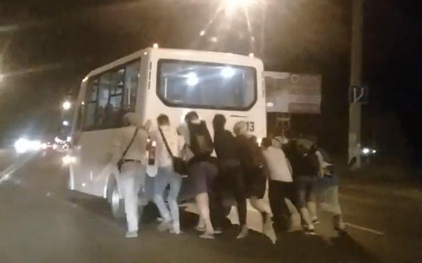 В Самарской области пассажирам пришлось толкать автобус, чтобы попасть домой