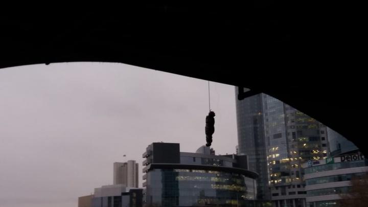 Жуть: на Макаровском мосту обнаружили висящий мешок в форме человеческого тела