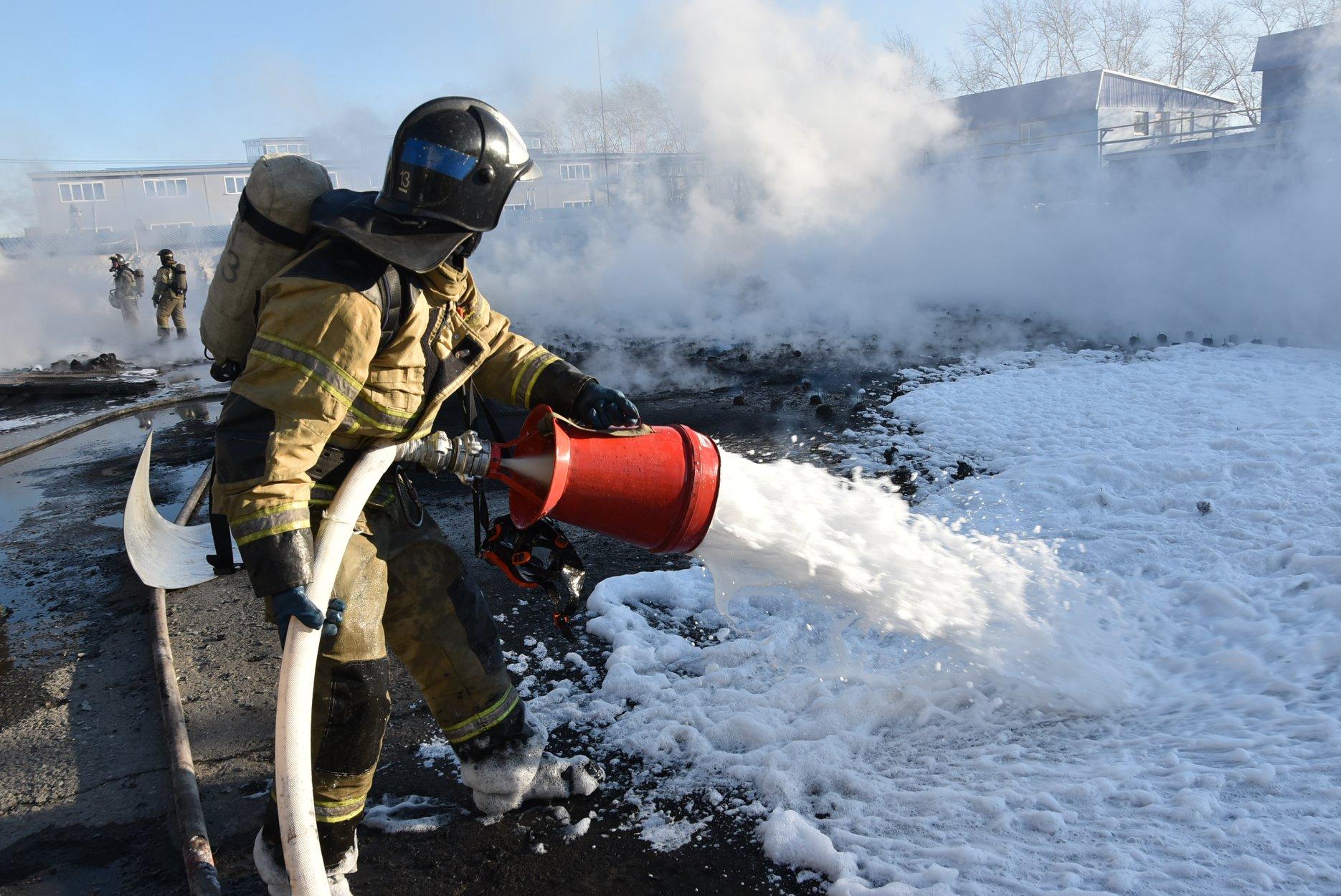 Могла взорваться цистерна: названа причина и подробности пожара на полимерном заводе в Тюмени