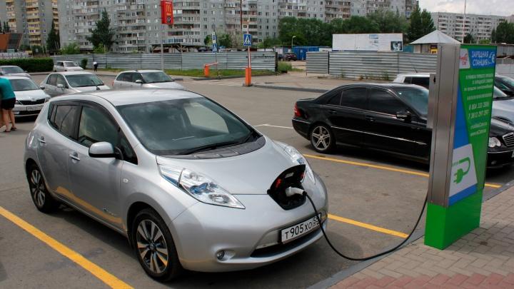 «Полный бак» за 70 рублей: расспрашиваем омского владельца электрокара о жизни без бензина
