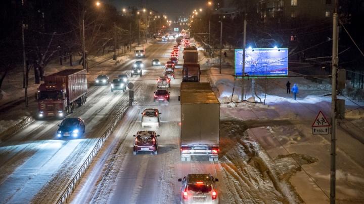 «Жители Сахары, снег выпал»: новосибирские водители застряли в пробках на утренних дорогах