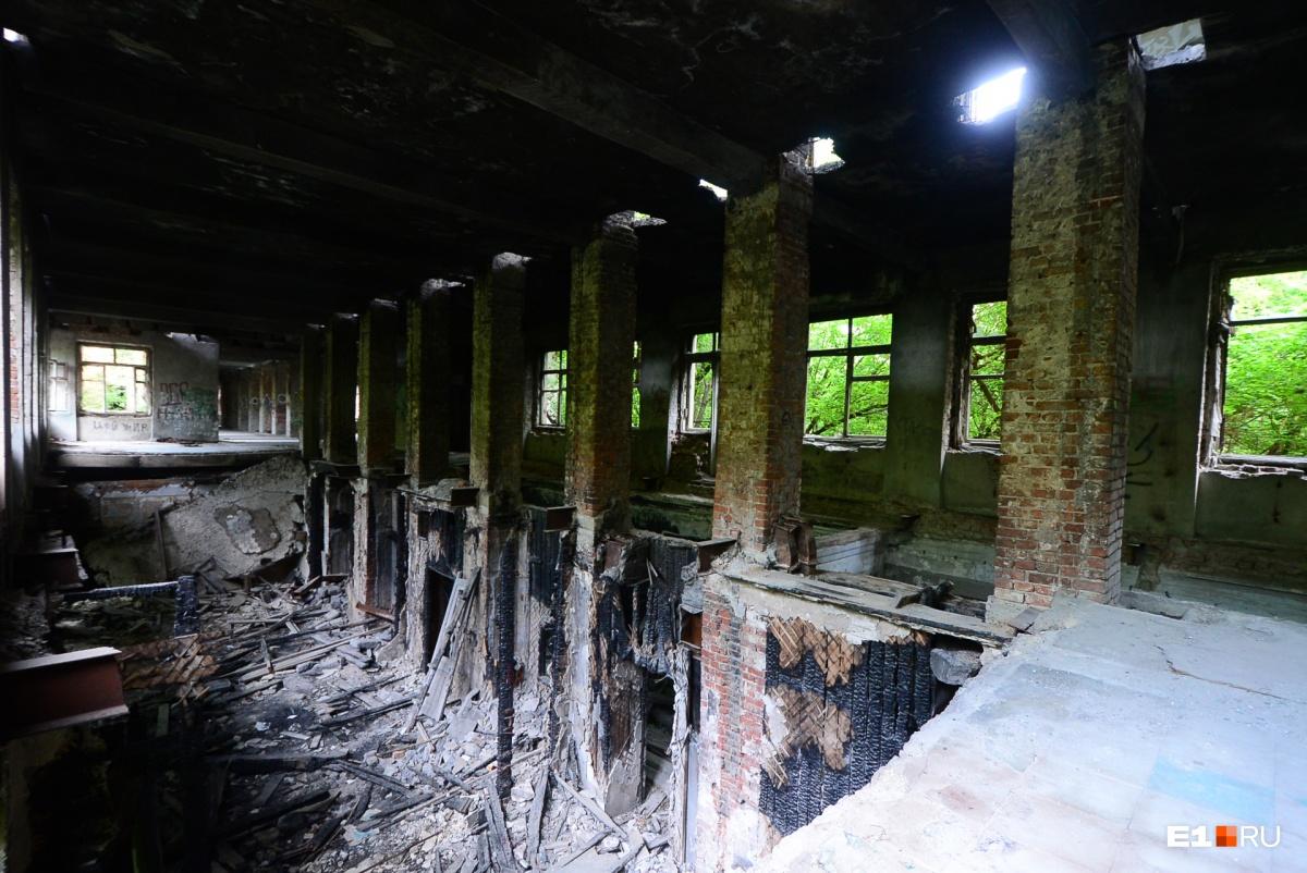 Последствия пожара и многолетней заброшенности здания