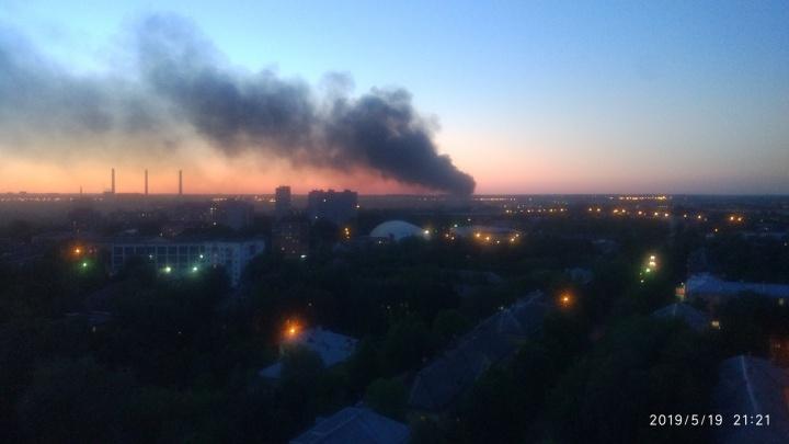 В Ярославле загорелся цех бывшего завода «СК Прогресс». Фото и видео с места