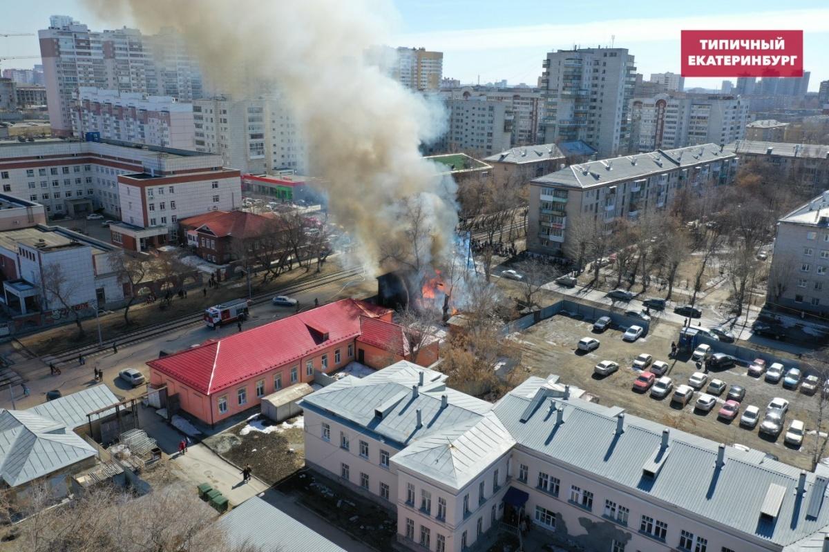 На ВИЗе сгорел барак, который не могли снести из-за того, что он ошибочно считался памятником