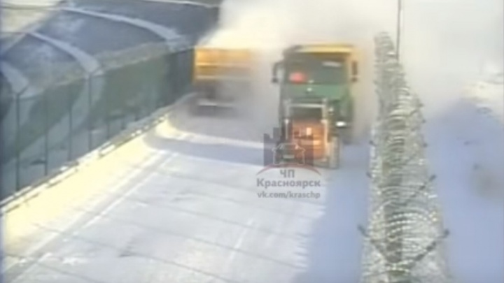 Водитель «Бобкэт» погиб в нелепой аварии с грузовиком на ГЭС. Произошедшее попало на камеру