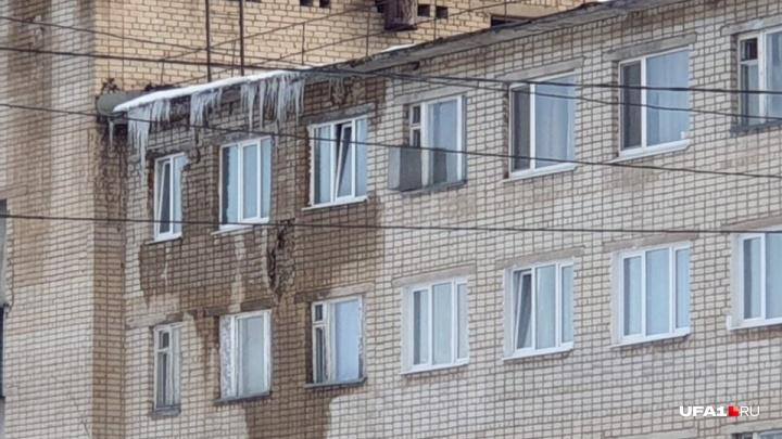 В Стерлитамаке в жилом отсеке пожарной части обвалилась стена