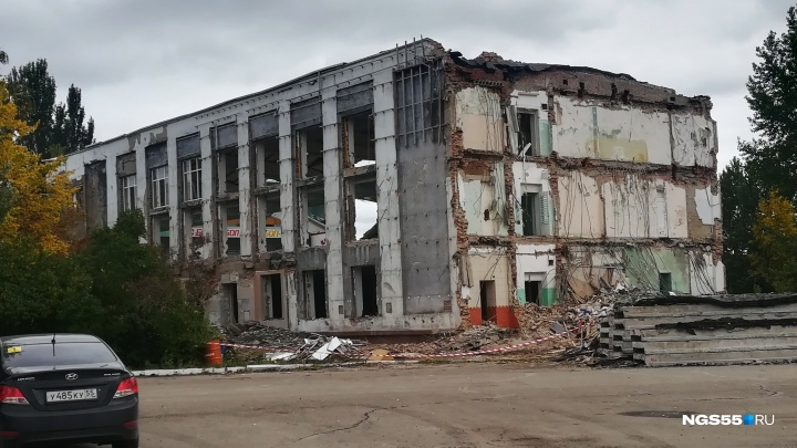 В Омске начали снос спортивного павильона «Сибирский нефтяник» для постройки ледового дворца