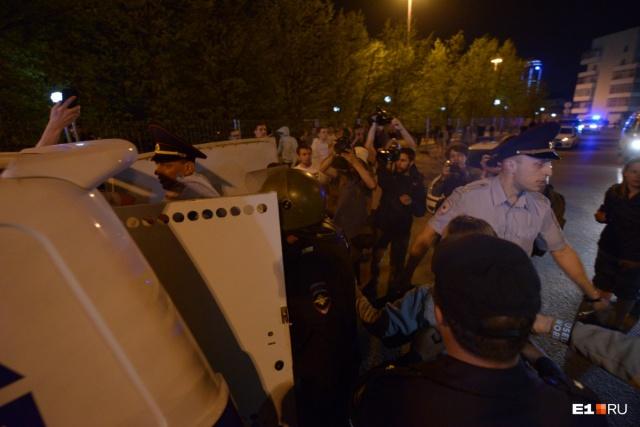 Ещё одного мужчину в отдел полиции забрали ночью