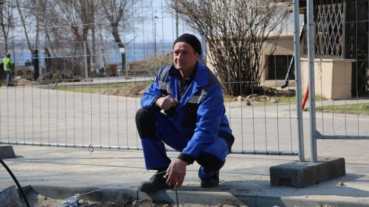 «Посторонние нам не нужны»: строители вернули заборы вокруг Центральной набережной Волгограда
