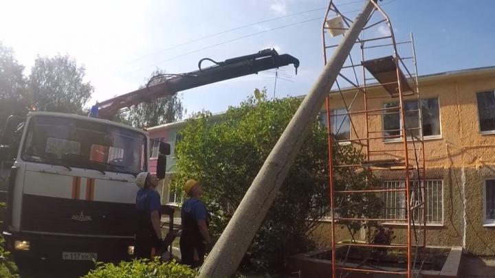Атака стихии: в Ярославле бетонный столб из-за ветра рухнул на строительные леса в детском саду