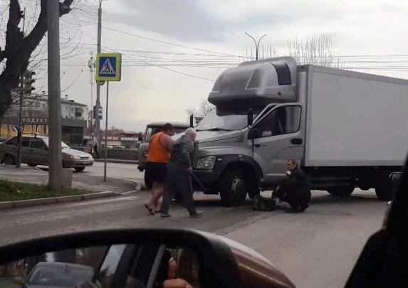 На Уралмаше грузовик сбил пенсионеров, переходивших дорогу