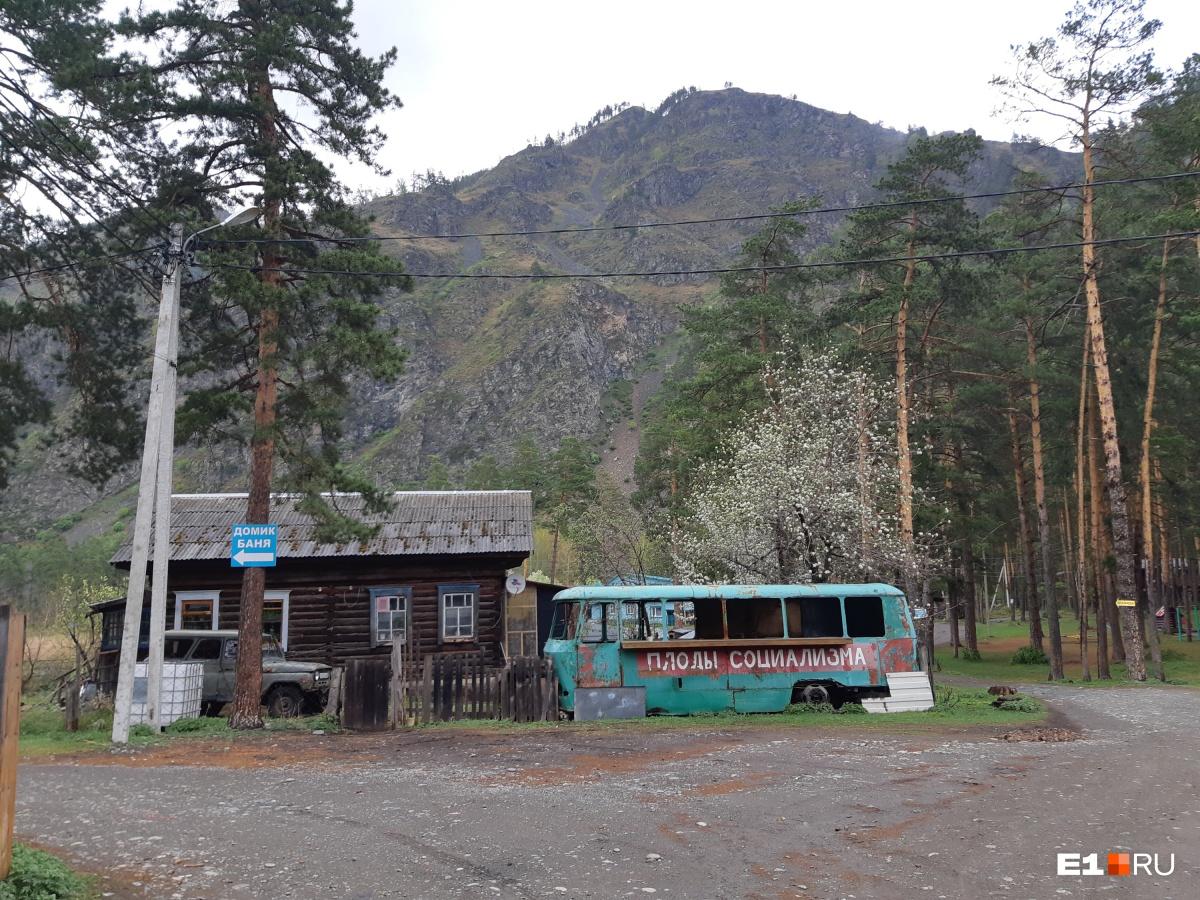 Мы поселились в гостевом доме у подножия горы. На фото — дорога, которая к нему ведет