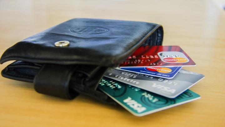 В долговой яме: новосибирцам стали чаще выдавать кредитные карты