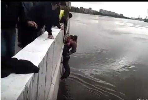 Омский подросток извлек изледяной воды мужчину с 2-мя детьми