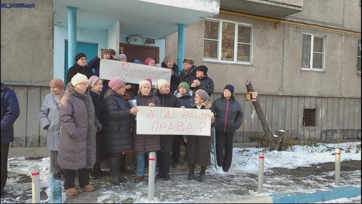 «Шесть лет ходим по чиновникам»: жители челябинской пятиэтажки устроили пикет из-за пропажи забора