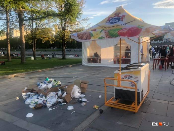 Горожане обратили внимание на горы мусора на Плотинке в минувшие выходные