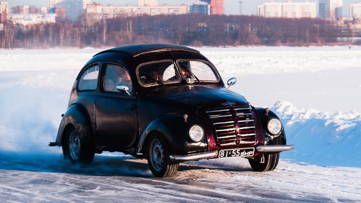 В Екатеринбурге на ледовом автодроме сразились гонщики на старых москвичах, «Волгах» и «Жуках»
