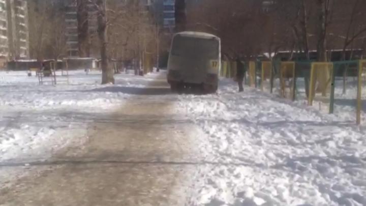 «Глаза выколю»: в Челябинске водитель маршрутки справил нужду посреди двора