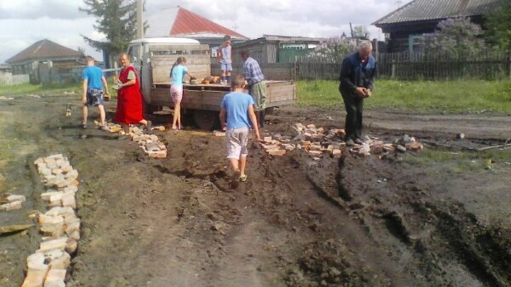 Жители посёлка в Омской области разбирают дом, чтобы выложить кирпичом разбитую дорогу