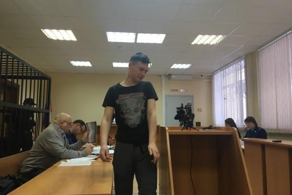 Сегодня в Тюменском районном суде допросили трех молодых людей, которых водитель Toyota Land Cruiser подобрал незадолго до аварии. На фото — один из пассажиров