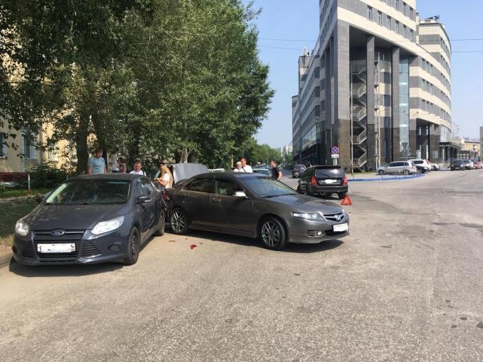 Honda Accord ударился в припаркованный Ford Focus