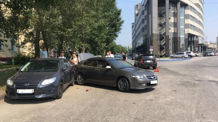 Припарковался: после ДТП одна из машин отлетела в автомобиль на обочине