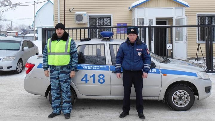 Полицейские помогли потушить автомобиль на зауральской трассе
