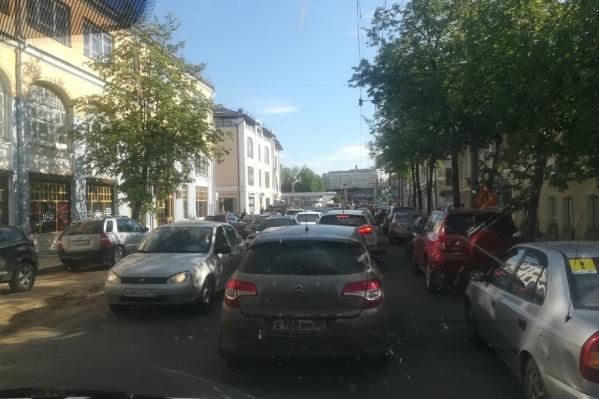 Машины припарковали прямо на тротуаре