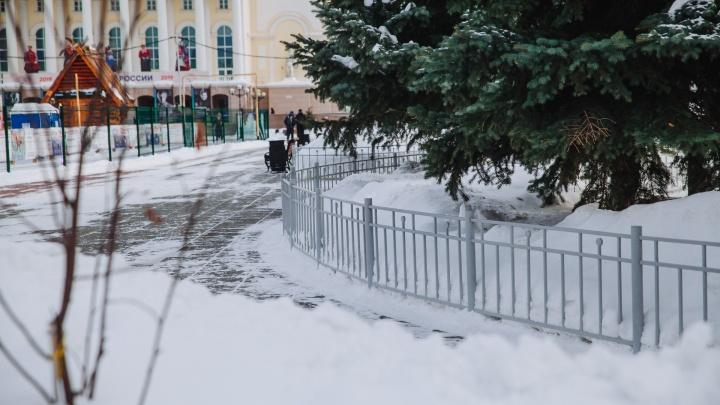 Перестарались: с площади 400-летия Тюмени уберут заборы, напоминающие горожанам оградки для могил